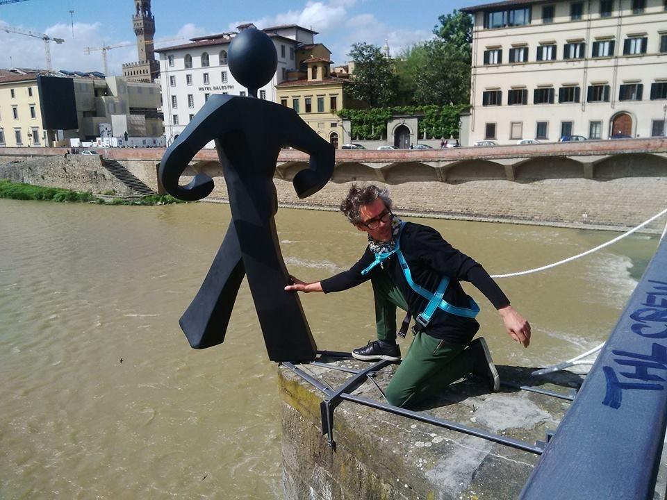 Firenze, sul ponte alle Grazie ritorna l'Uomo comune di Clet