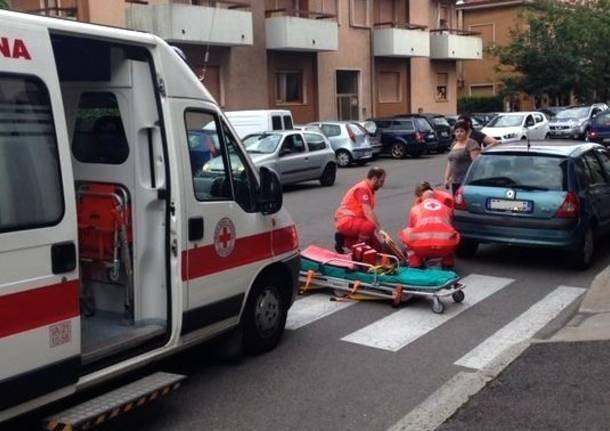 Firenze, incidente in via Pistoiese motociclista investe un pedone