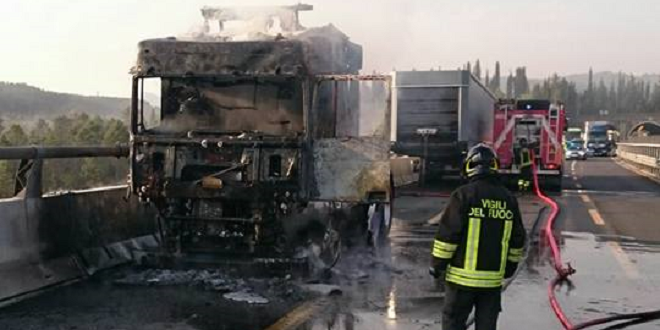 Incendio di un tir, lunghe code per diverse ore sull'A1