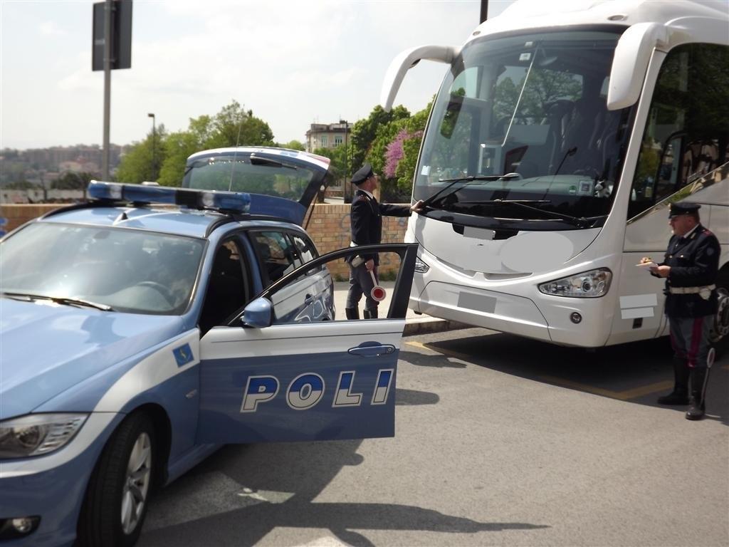 Portiera e fari rotti sul bus dei turisti