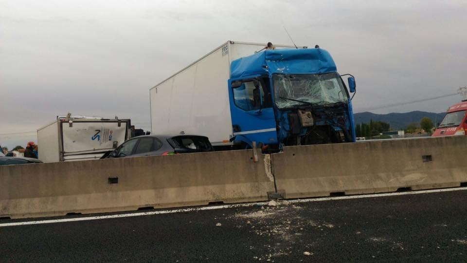 A11, tratto chiuso e traffico bloccato per un incidente tra 5 mezzi