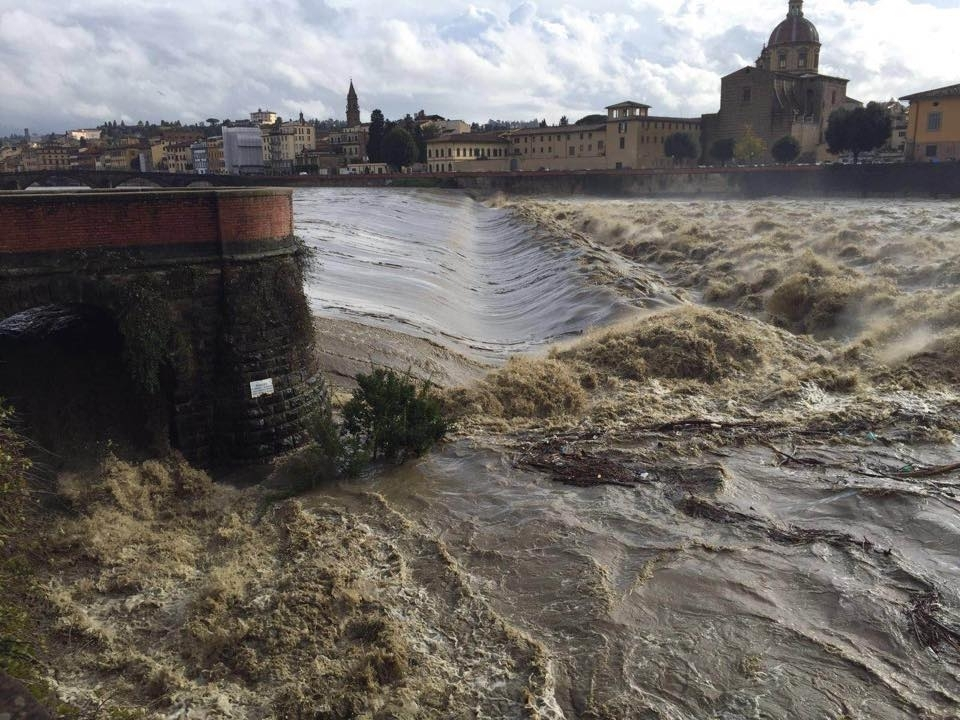 Firenze maltempo, Arno in piena: chiuso al traffico il Ponte Vespucci
