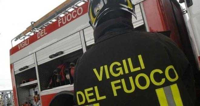 A fuoco un capannone a Sesto Fiorentino. Un ferito