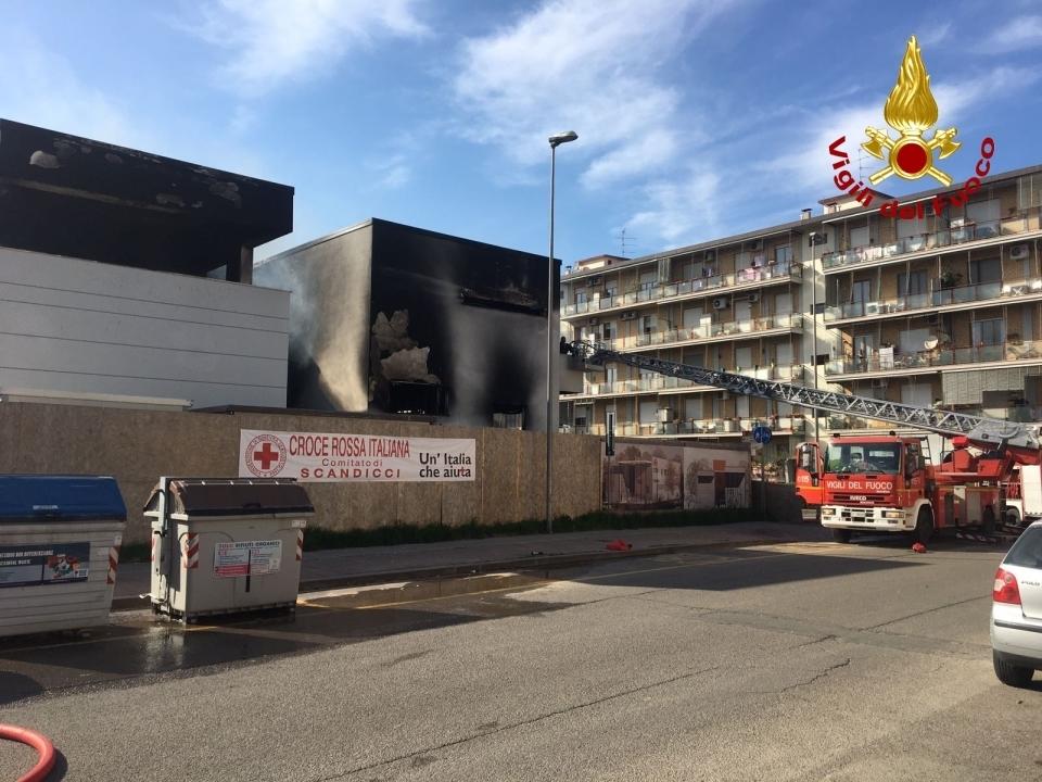 Scandicci, incendio nella palazzina in costruzione della Croce Rossa