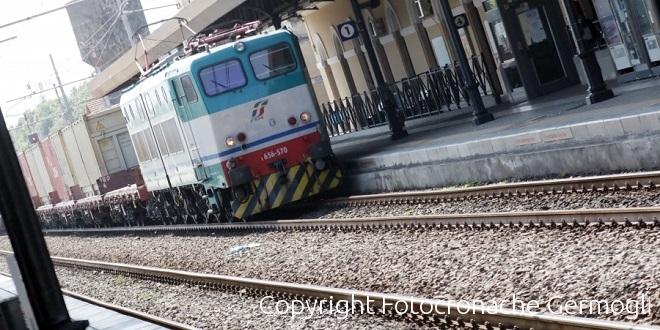Cammina all'una di notte vicino ai binari: travolto e ucciso dal treno