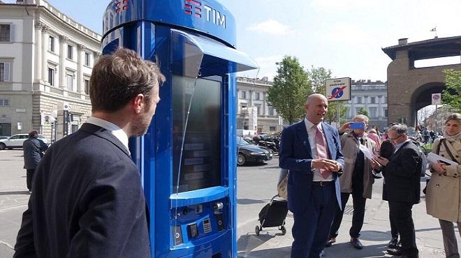 La cabina telefonica del futuro in Piazza Beccaria