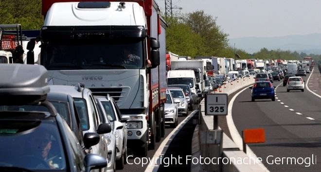 Camion ribaltato in A1: chiusa la corsia sud in Valdarno