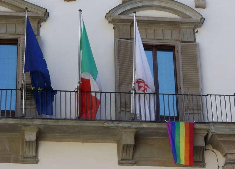 La bandiera arcobaleno sventola da Palazzo Vecchio