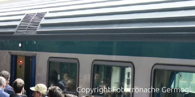 Strappa collanina al passeggero sul treno, ma nessuno interviene