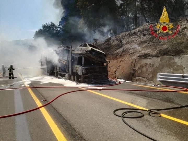 Camion a fuoco in A1 e il rogo si estende al bosco