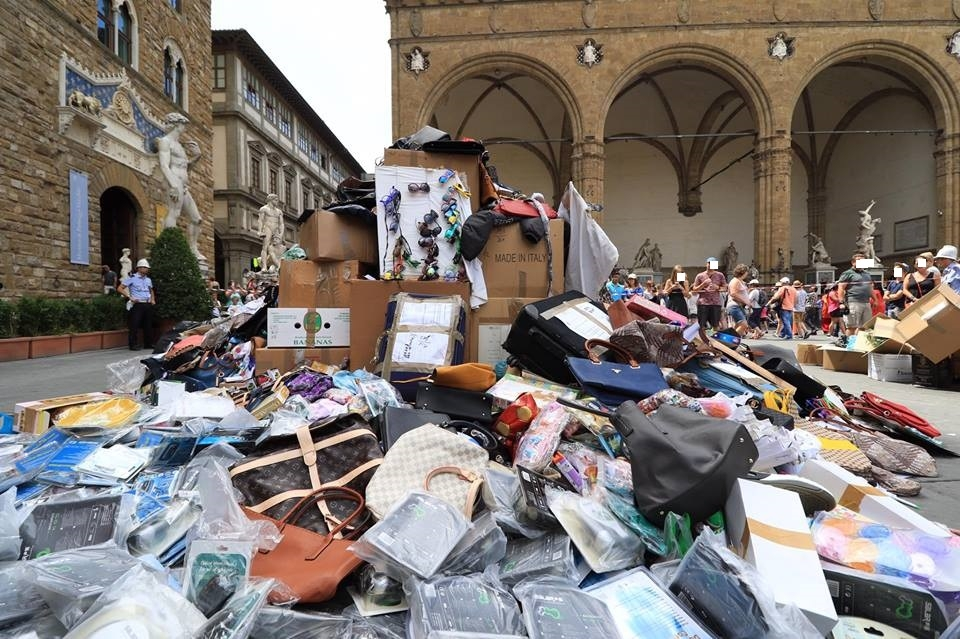 Una montagna di merce falsa sotto Palazzo Vecchio