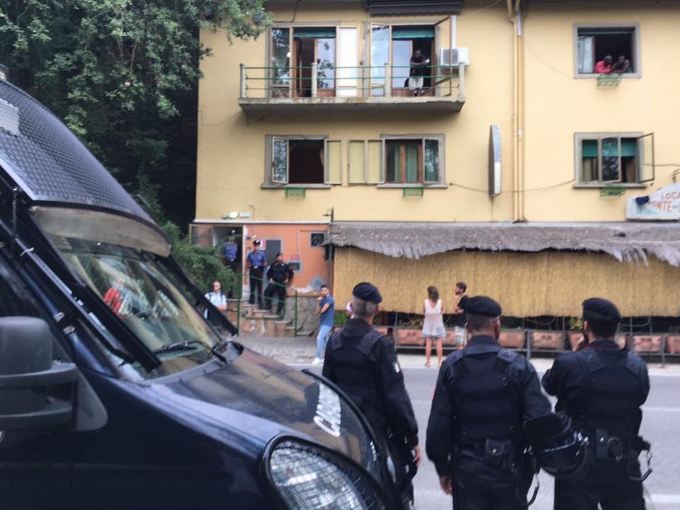 Otto migranti scesi in strada si denudano per protesta