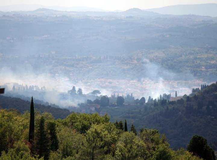 Firenze, fiamme in via Bolognese: l'intervento con gli elicotteri