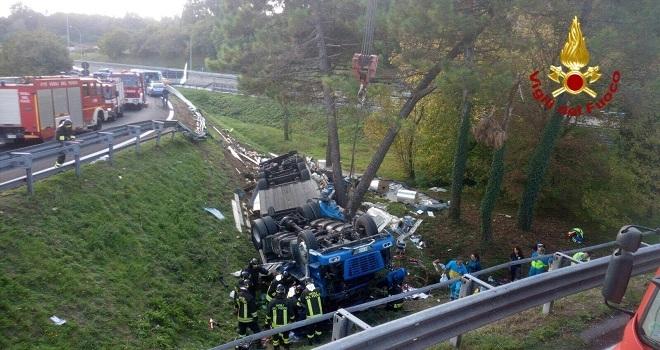 Camion si rovescia, muore conducente