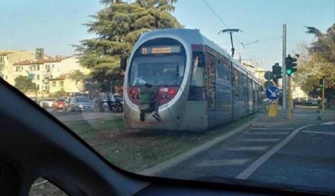 Giovane si attacca al retro della tramvia: