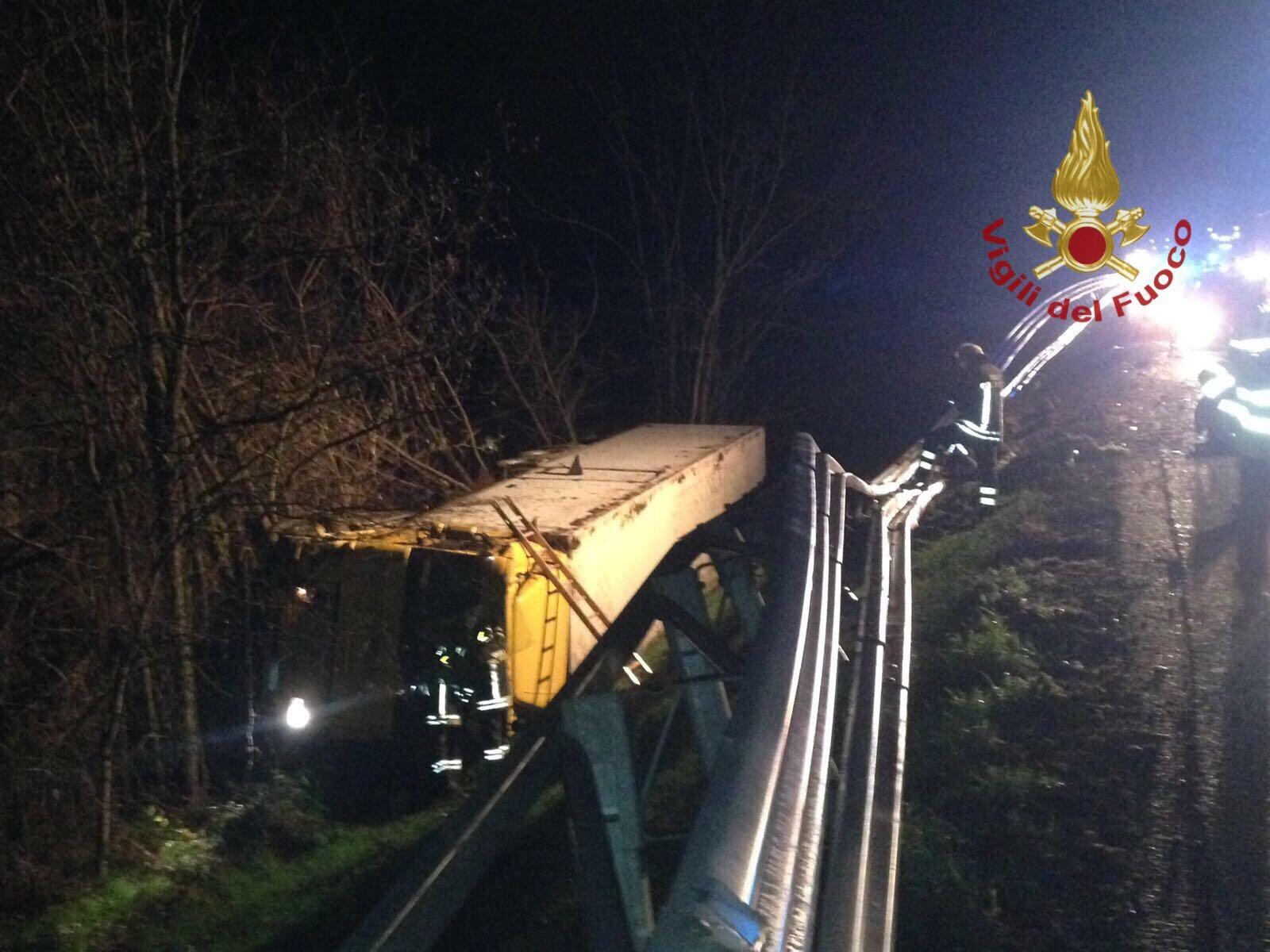 A1, incidente tra Valdarno e Incisa: tir finisce nella scarpata