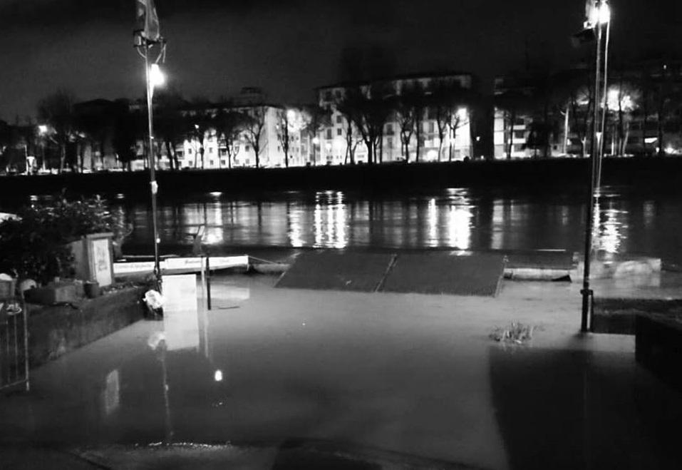 Arno in piena, notte di lavoro alla Canottieri Comunali