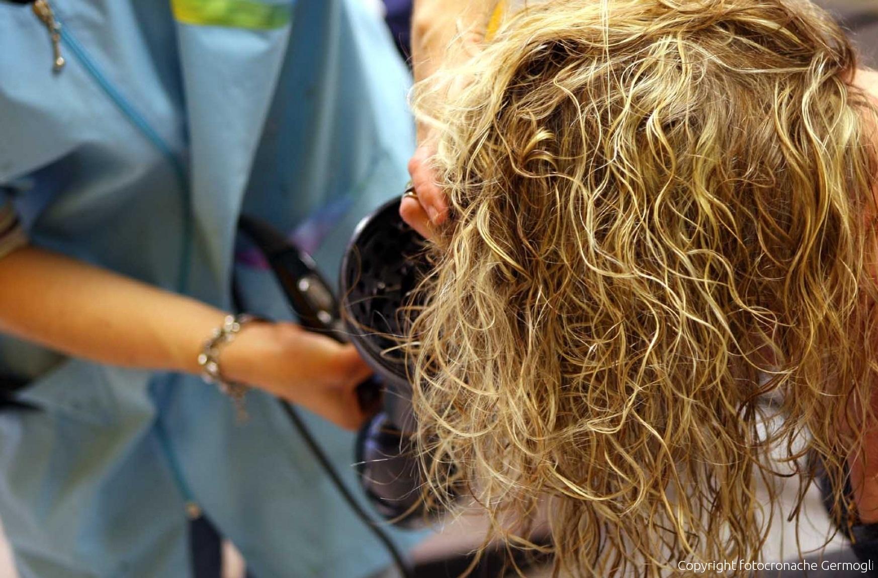 Vuole farsi bionda: il parrucchiere le brucia la testa