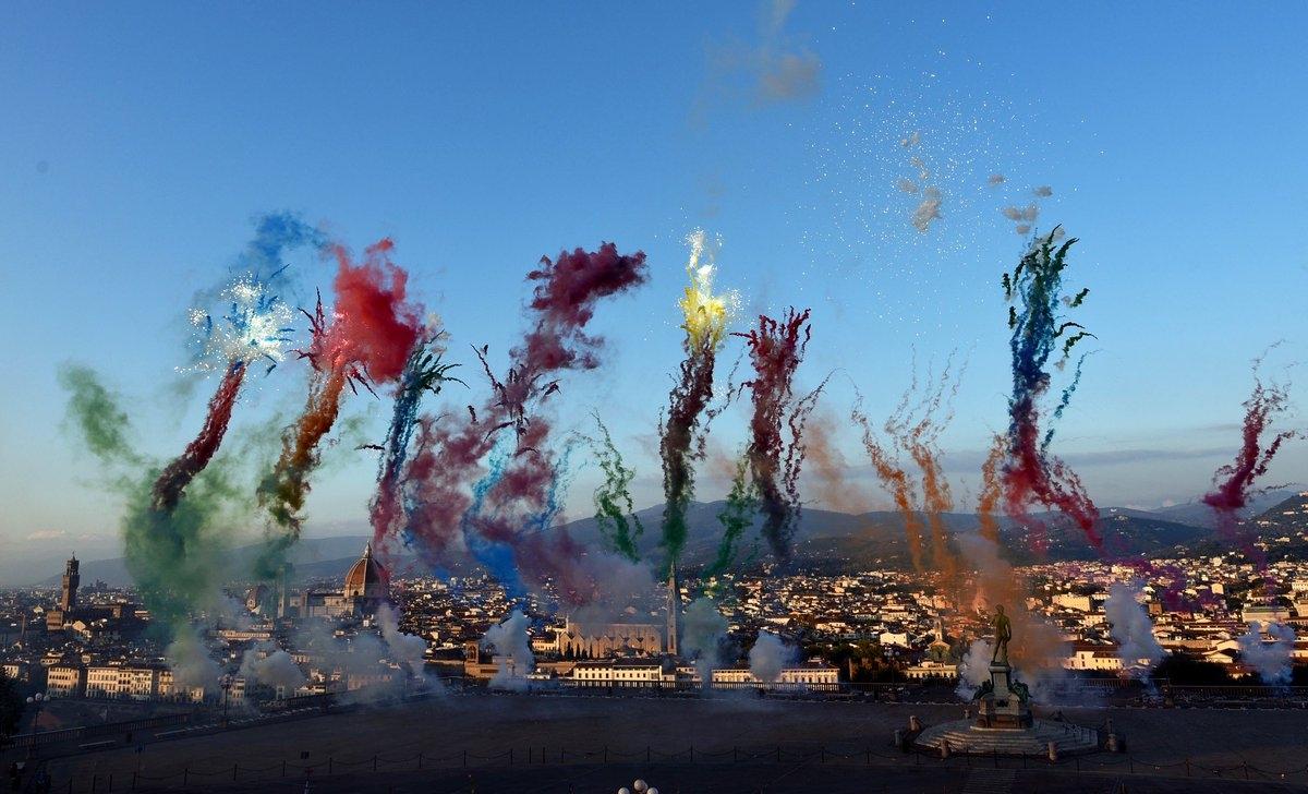 Lo spettacolo dei fuochi d'artificio diurni