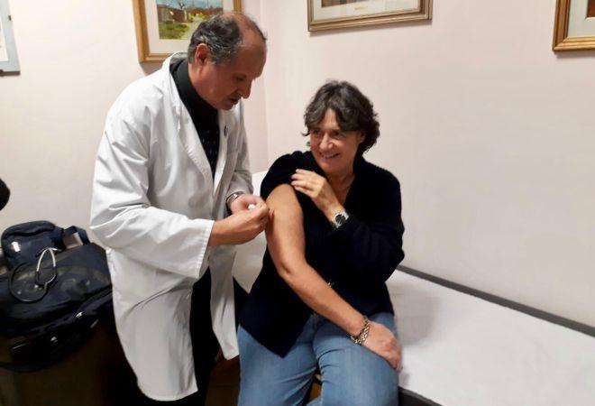 Influenza, l'assessore Saccardi si vaccina e invita i toscani a fare altrettanto
